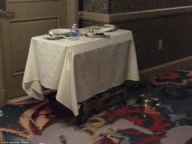 Chiếc bàn được dùng để phục vụ đồ ăn tại phòng nằm ngay bên ngoài cửa phòng Paddock thuê. Theo cảnh sát, nghi can đã lắp đặt một chiếc máy quay trên chiếc bàn này để theo dõi mọi động tĩnh ngoài hành lang.