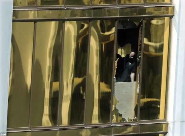 Cửa sổ phòng khách sạn bị nghi can đập vỡ bằng búa để tạo góc bắn thuận lợi xuống đám đông cách đó khoảng 320m.