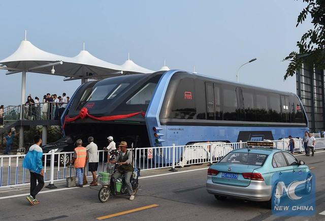 Xe buýt chống tắc đường từng làm xôn xao dư luận Trung Quốc. Ảnh: China News