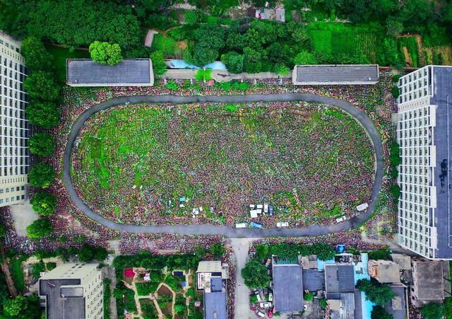 Toàn cảnh khu bãi để xe nhìn từ trên cao. Những chiếc xe đạp trở thành phế phẩm khi chưa kịp tác động gì tới tình trạng ô nhiễm môi trường, nguyên nhân khiến dịch vụ cho thuê xe đạp bùng nổ tại các thành phố Trung Quốc. Ảnh: Getty