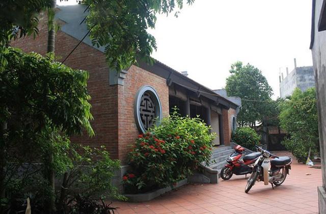Còn đây là cơ ngơi rộng nghìn m2 của gia đình Xuân Hinh tại Bắc Ninh. Xung quanh ngôi nhà là tường rào bao quanh và có rất nhiều cây xanh.