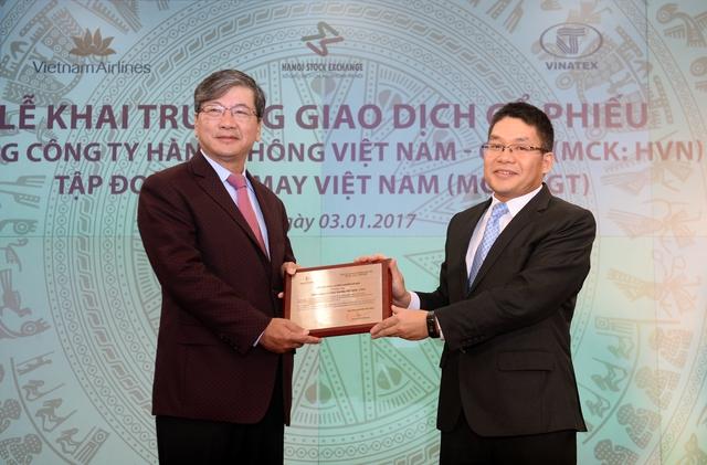 Chủ tịch HNX trao giấy chứng nhận đăng ký giao dịch cho lãnh đạo Vietnam Airlines. Ảnh: Phương Thảo