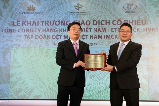 Chủ tịch HNX trao giấy chứng nhận đăng ký giao dịch cho lãnh đạo Vinatex. Ảnh: Phương Thảo