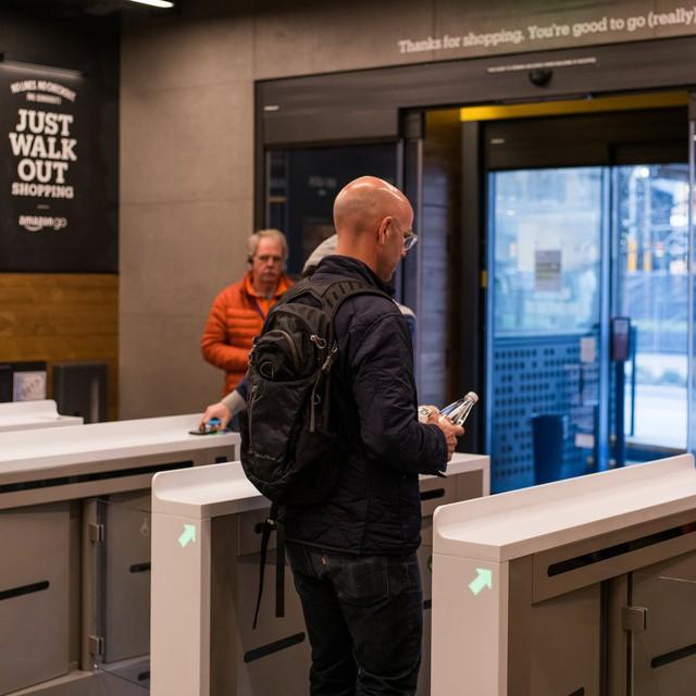 Mua sắm như ... đi ăn trộm ở cửa hàng không người lái vừa ra mắt của Amazon - Ảnh 9.