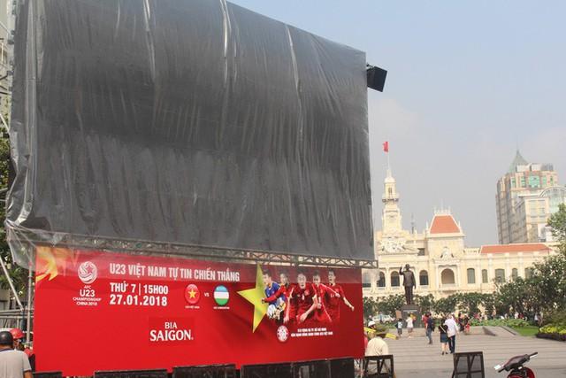 """11 màn hình """"khủng"""" tại phố đi bộ Nguyễn Huệ trực tiếp chung kết U23 Việt Nam được lắp như thế nào? - Ảnh 1."""