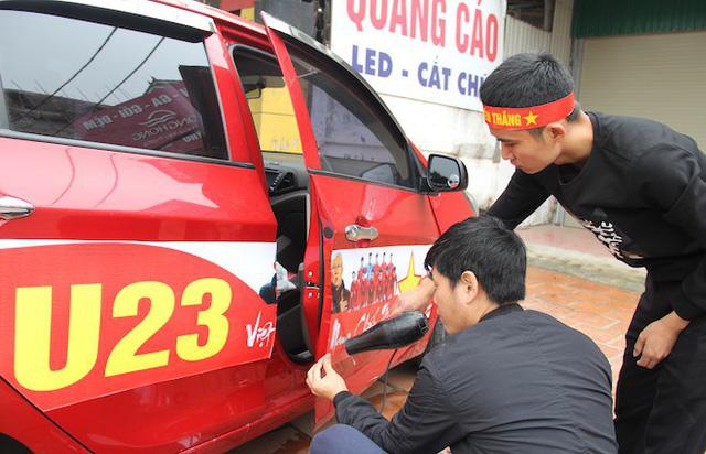 Muôn kiểu trang điểm xe hơi và người trước trận đấu lịch sử của U23 Việt Nam - Ảnh 2.