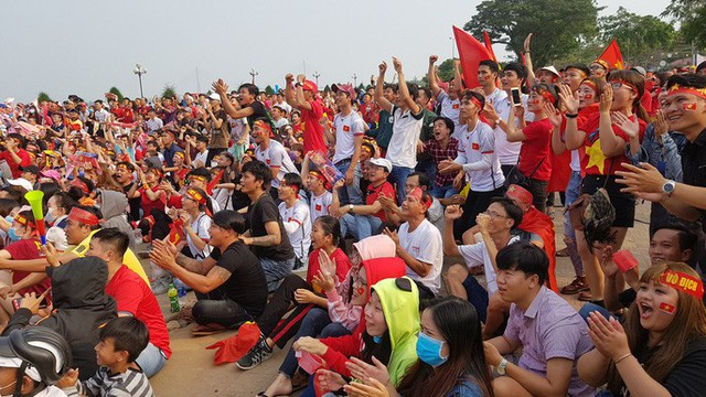 Người dân Tây Đô kéo ra bờ kè sông Hậu cổ vũ U23 Việt Nam - Ảnh 1.