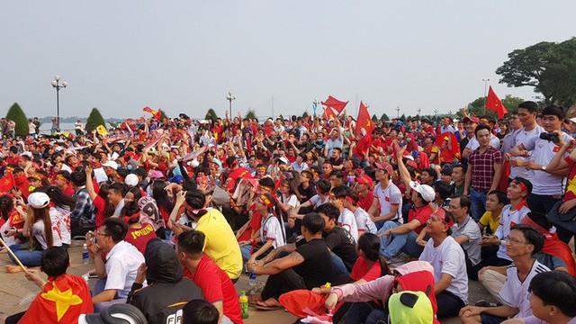 Người dân Tây Đô kéo ra bờ kè sông Hậu cổ vũ U23 Việt Nam - Ảnh 2.