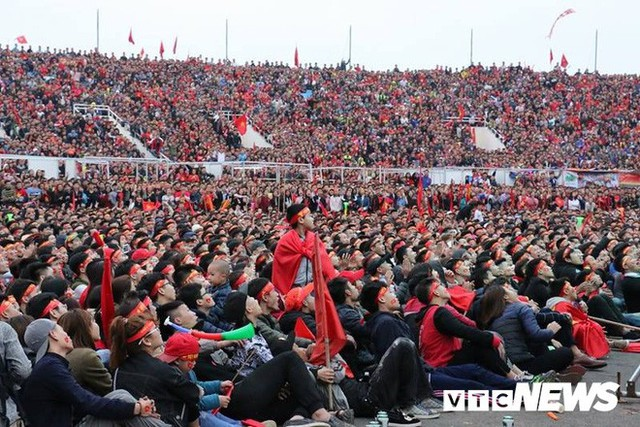 Phó Thủ tướng Vũ Đức Đam cuồng nhiệt cùng cổ động viên cổ vũ U23 Việt Nam - Ảnh 1.