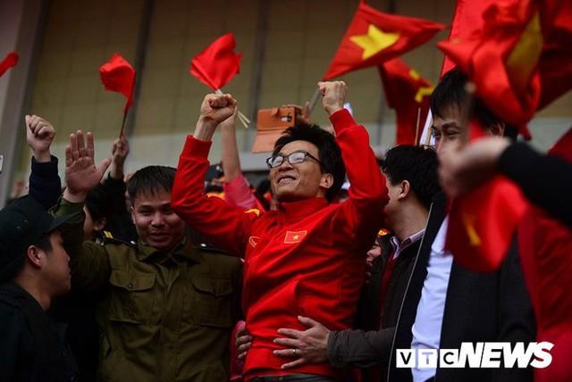 Phó Thủ tướng Vũ Đức Đam cuồng nhiệt cùng cổ động viên cổ vũ U23 Việt Nam - Ảnh 2.