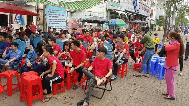 Người dân Tây Đô kéo ra bờ kè sông Hậu cổ vũ U23 Việt Nam - Ảnh 12.
