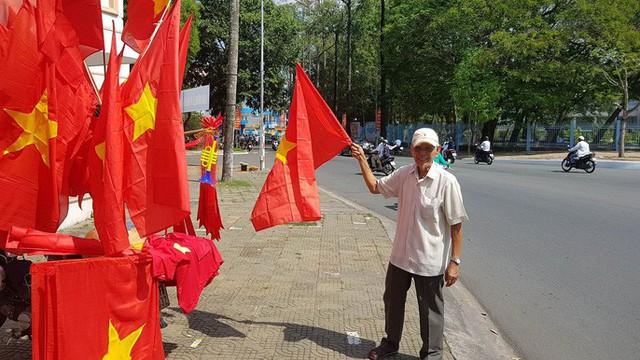 Người dân Tây Đô kéo ra bờ kè sông Hậu cổ vũ U23 Việt Nam - Ảnh 13.
