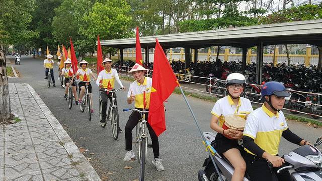 Người dân Tây Đô kéo ra bờ kè sông Hậu cổ vũ U23 Việt Nam - Ảnh 14.