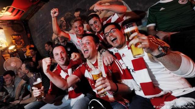 Văn hoá cổ vũ trên thế giới: Người Anh cuồng nhiệt trong chuẩn mực, người Đức đã xem bóng đá là phải uống bia - Ảnh 3.
