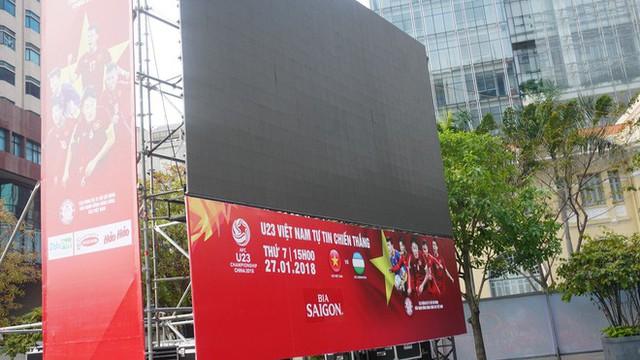 """11 màn hình """"khủng"""" tại phố đi bộ Nguyễn Huệ trực tiếp chung kết U23 Việt Nam được lắp như thế nào? - Ảnh 3."""