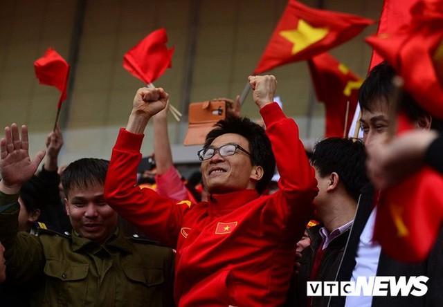 Phó Thủ tướng Vũ Đức Đam cuồng nhiệt cùng cổ động viên cổ vũ U23 Việt Nam - Ảnh 3.