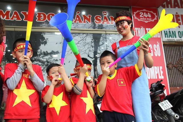 Muôn kiểu trang điểm xe hơi và người trước trận đấu lịch sử của U23 Việt Nam - Ảnh 24.