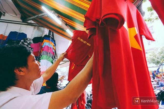 Một không khí rất khác trước ngày diễn ra trận chung kết U23 Châu Á: Màu cờ sắc áo đã tràn ngập khắp phố phường! - Ảnh 4.