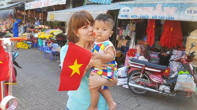 Người dân Tây Đô kéo ra bờ kè sông Hậu cổ vũ U23 Việt Nam - Ảnh 4.