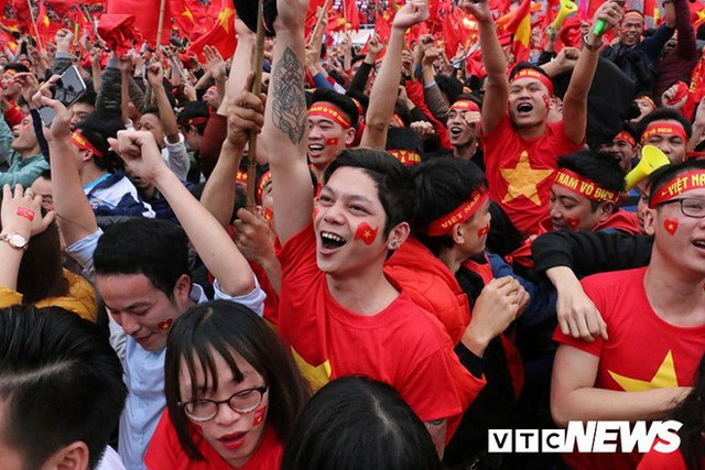 Phó Thủ tướng Vũ Đức Đam cuồng nhiệt cùng cổ động viên cổ vũ U23 Việt Nam - Ảnh 4.