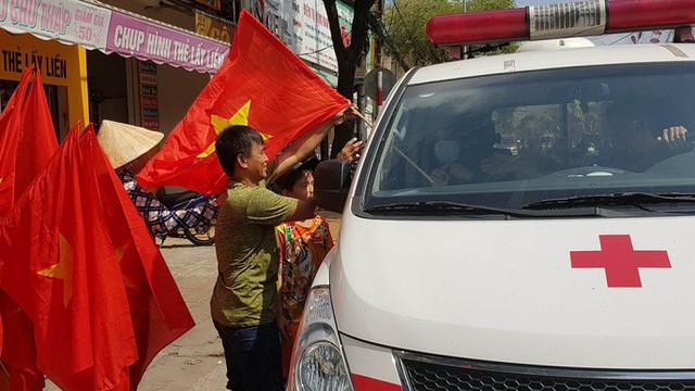 Người dân Tây Đô kéo ra bờ kè sông Hậu cổ vũ U23 Việt Nam - Ảnh 5.