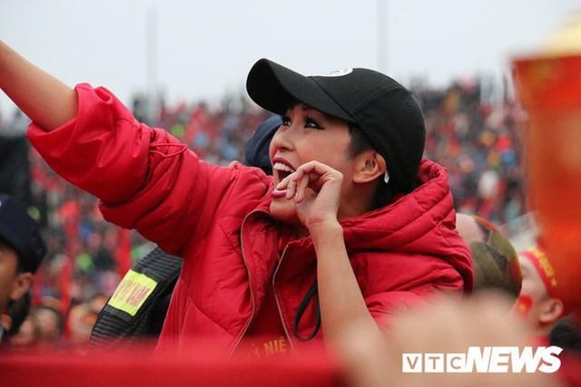 Phó Thủ tướng Vũ Đức Đam cuồng nhiệt cùng cổ động viên cổ vũ U23 Việt Nam - Ảnh 5.