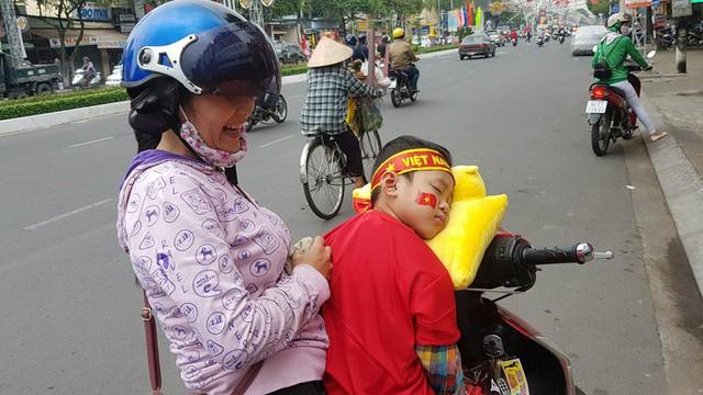 Người dân Tây Đô kéo ra bờ kè sông Hậu cổ vũ U23 Việt Nam - Ảnh 6.