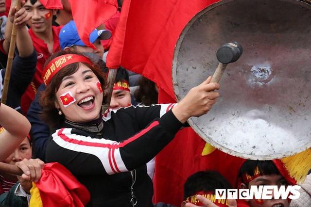 Phó Thủ tướng Vũ Đức Đam cuồng nhiệt cùng cổ động viên cổ vũ U23 Việt Nam - Ảnh 6.