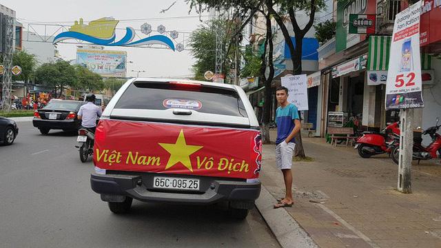 Người dân Tây Đô kéo ra bờ kè sông Hậu cổ vũ U23 Việt Nam - Ảnh 7.