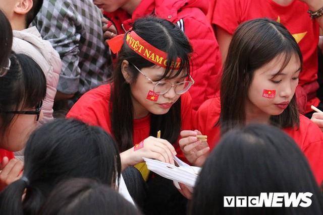 Phó Thủ tướng Vũ Đức Đam cuồng nhiệt cùng cổ động viên cổ vũ U23 Việt Nam - Ảnh 7.