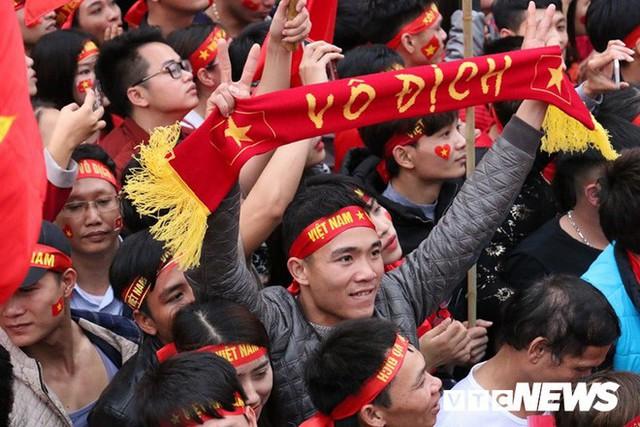 Phó Thủ tướng Vũ Đức Đam cuồng nhiệt cùng cổ động viên cổ vũ U23 Việt Nam - Ảnh 8.