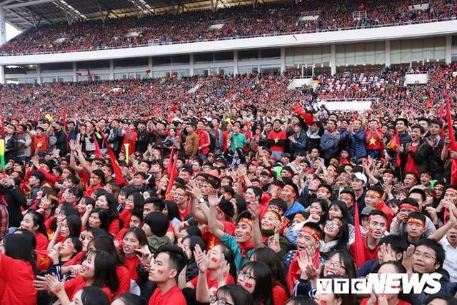 Phó Thủ tướng Vũ Đức Đam cuồng nhiệt cùng cổ động viên cổ vũ U23 Việt Nam - Ảnh 9.
