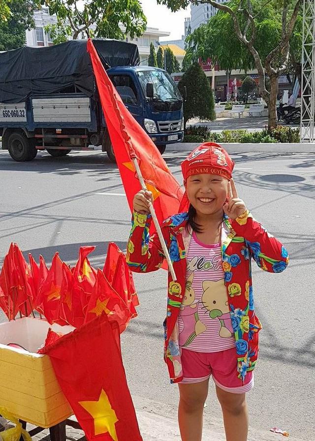Người dân Tây Đô kéo ra bờ kè sông Hậu cổ vũ U23 Việt Nam - Ảnh 11.