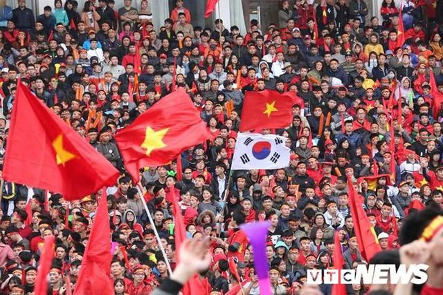 Phó Thủ tướng Vũ Đức Đam cuồng nhiệt cùng cổ động viên cổ vũ U23 Việt Nam - Ảnh 10.