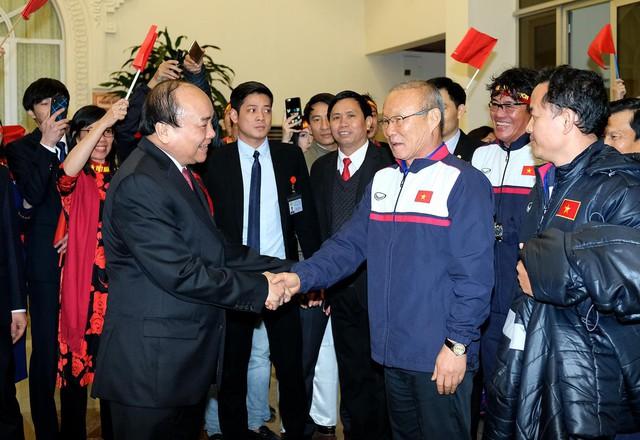 Sau 4 tiếng chờ đợi, câu đầu tiên Thủ tướng nói với các cầu thủ U23 Việt Nam: Đừng buồn nữa, làm tốt lắm, tốt lắm - Ảnh 1.