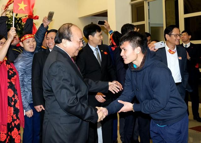 Sau 4 tiếng chờ đợi, câu đầu tiên Thủ tướng nói với các cầu thủ U23 Việt Nam: Đừng buồn nữa, làm tốt lắm, tốt lắm - Ảnh 2.