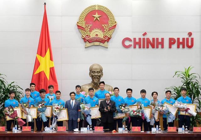 Sau 4 tiếng chờ đợi, câu đầu tiên Thủ tướng nói với các cầu thủ U23 Việt Nam: Đừng buồn nữa, làm tốt lắm, tốt lắm - Ảnh 7.