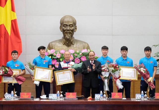 Sau 4 tiếng chờ đợi, câu đầu tiên Thủ tướng nói với các cầu thủ U23 Việt Nam: Đừng buồn nữa, làm tốt lắm, tốt lắm - Ảnh 6.