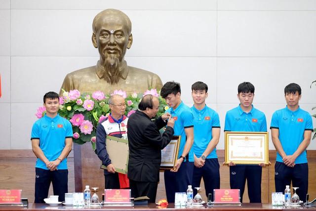 Sau 4 tiếng chờ đợi, câu đầu tiên Thủ tướng nói với các cầu thủ U23 Việt Nam: Đừng buồn nữa, làm tốt lắm, tốt lắm - Ảnh 5.