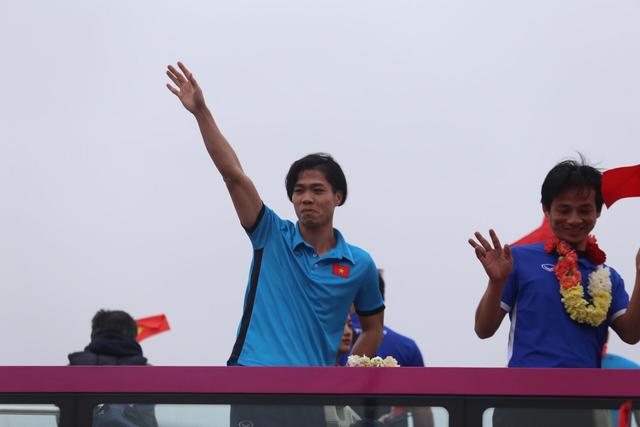Chùm ảnh: Các cầu thủ U23 Việt Nam đang diễu hành bằng xe buýt mui trần  - Ảnh 9.