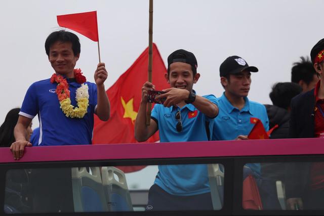 Chùm ảnh: Các cầu thủ U23 Việt Nam đang diễu hành bằng xe buýt mui trần  - Ảnh 10.