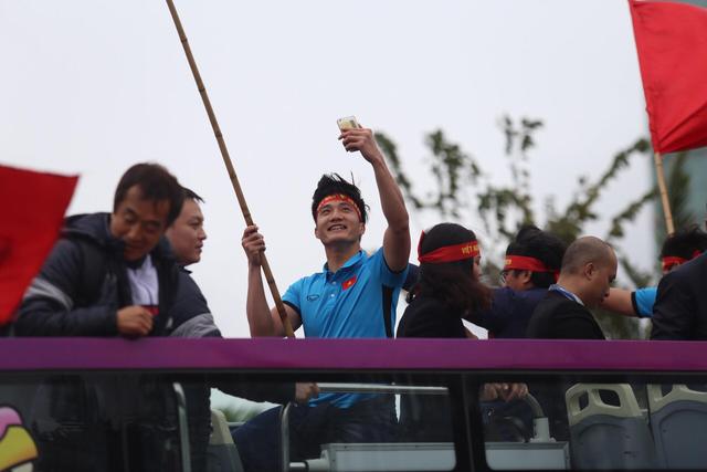 Chùm ảnh: Các cầu thủ U23 Việt Nam đang diễu hành bằng xe buýt mui trần  - Ảnh 11.