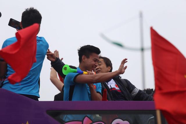 Chùm ảnh: Các cầu thủ U23 Việt Nam đang diễu hành bằng xe buýt mui trần  - Ảnh 12.
