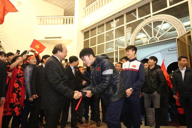 Sau 4 tiếng chờ đợi, câu đầu tiên Thủ tướng nói với các cầu thủ U23 Việt Nam: Đừng buồn nữa, làm tốt lắm, tốt lắm - Ảnh 3.