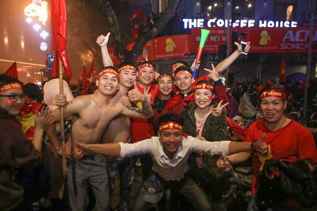 Bất chấp mưa lạnh, fan Việt vẫn xuyên đêm mừng chiến công của U23 Việt Nam - Ảnh 1.