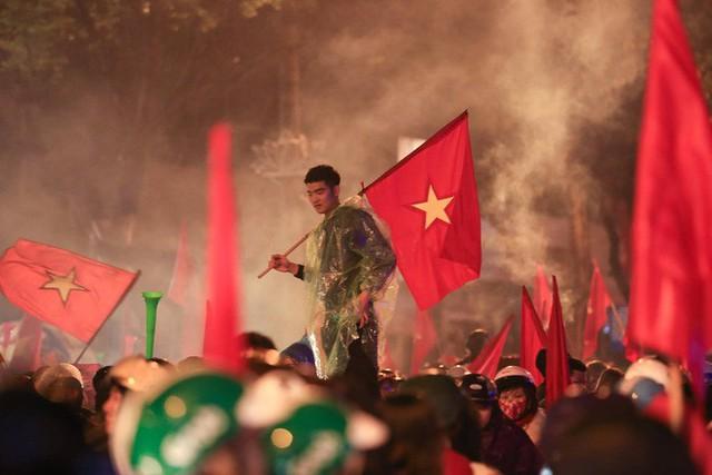 Bất chấp mưa lạnh, fan Việt vẫn xuyên đêm mừng chiến công của U23 Việt Nam - Ảnh 2.