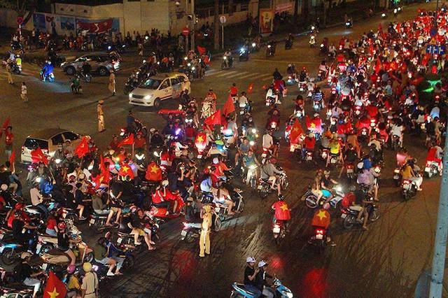 CSGT trong vòng vây của người hâm mộ U23 Việt Nam - Ảnh 2.