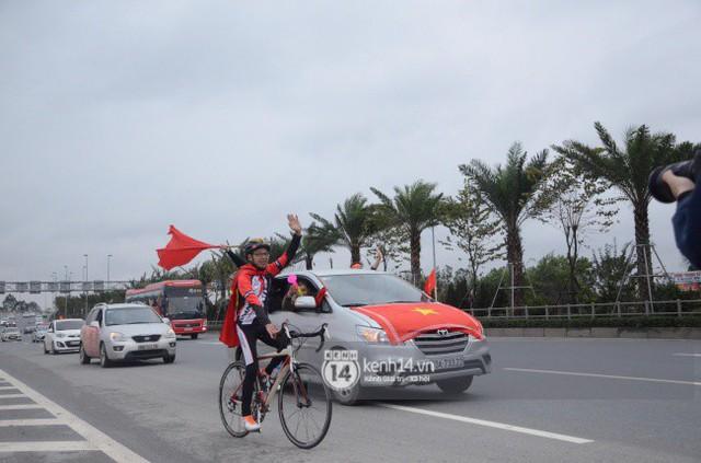 Chùm ảnh: Người hâm mộ cầm cờ Tổ quốc, chạy bộ ra sân bay Nội Bài để đón U23 Việt Nam  - Ảnh 2.
