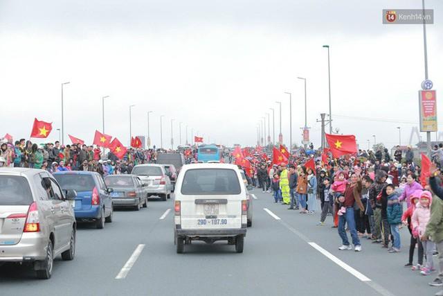 Hàng ngàn người dân đứng chật kín 2 bên đường cầu Nhật Tân chào đón các cầu thủ U23 Việt Nam  - Ảnh 1.