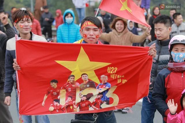 Hàng ngàn người dân đứng chật kín 2 bên đường cầu Nhật Tân chào đón các cầu thủ U23 Việt Nam  - Ảnh 2.